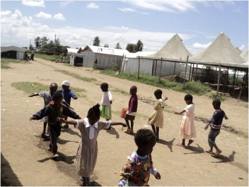 AMI日本友の会の冊子より、ケニアのナクル難民キャンプでの線上歩行の様子
