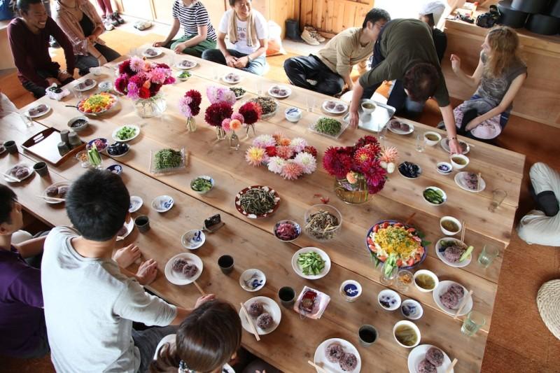 蔵での食事風景
